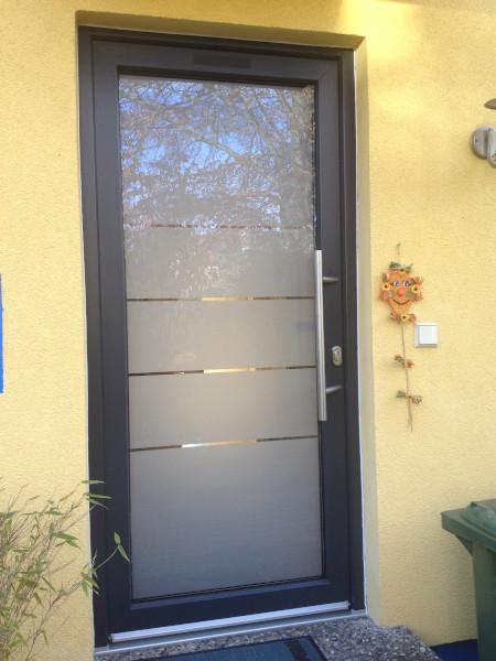 Haustür mit vier Klarsichtstreifen